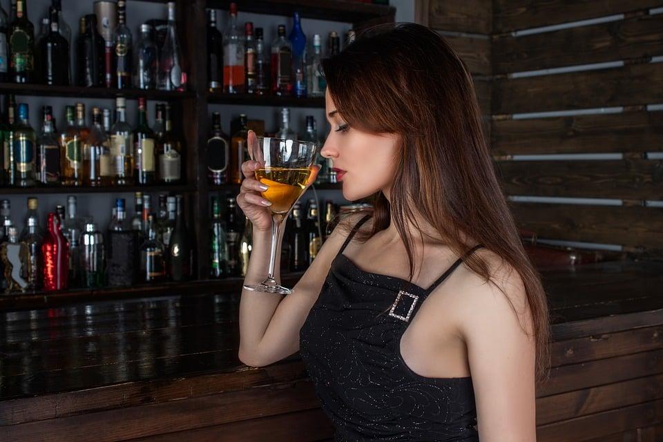 Beneficios del Vino Tinto Chica bebiendo vino tinto