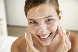 Limpieza facial exfoliante lucir hermosa sin maquillaje