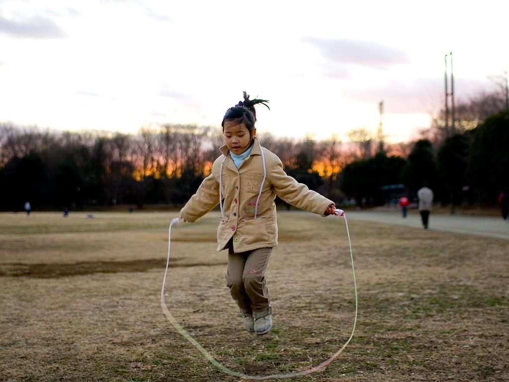 saltar la cuerda niña