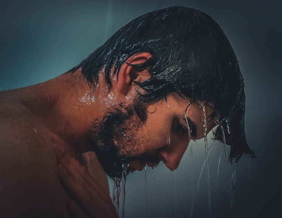 beneficios de bañarse con agua fria hombre