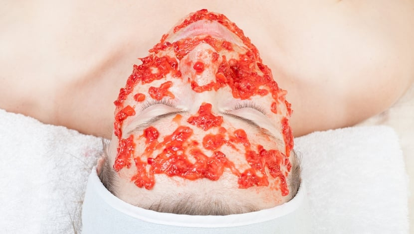 mascarilla de tomate en la cara