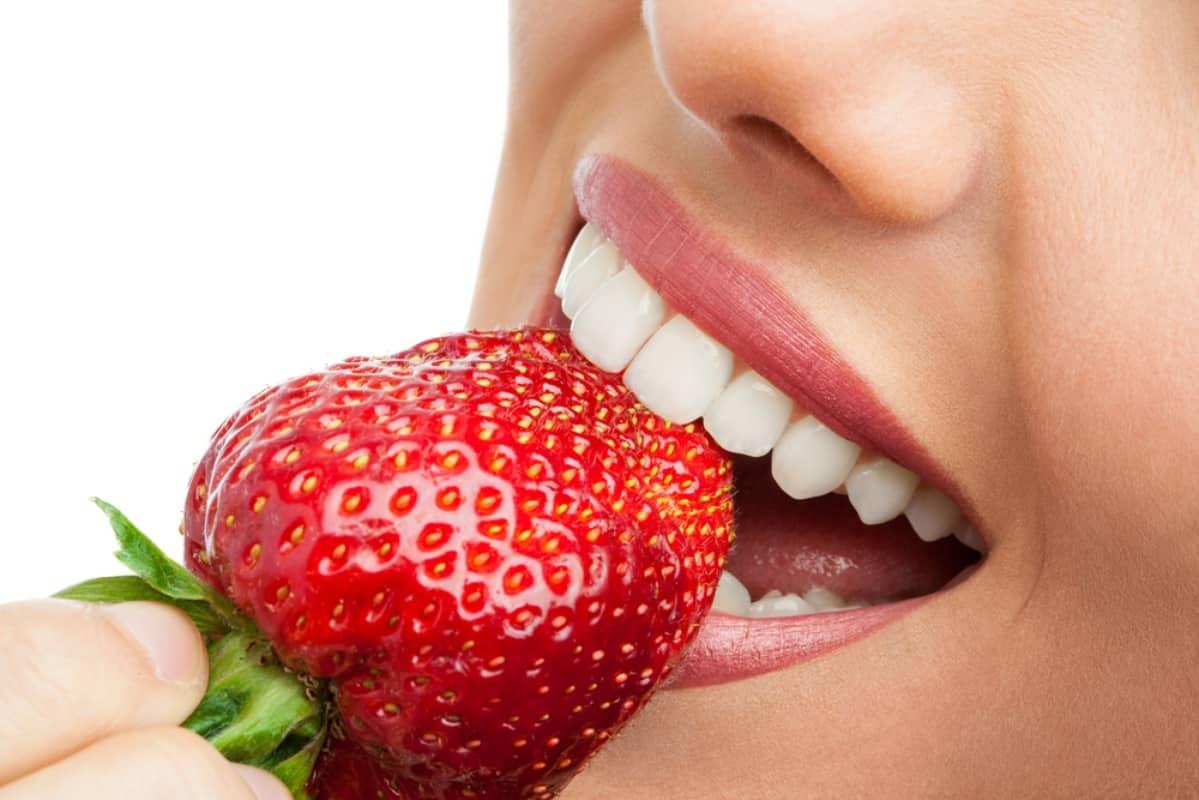 remedios caseros para blanquear los dientes con fresas