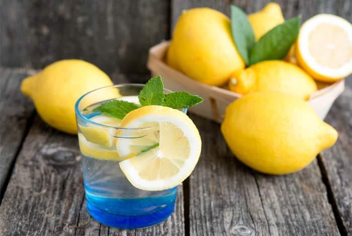 Agua tibia con limón en ayunas
